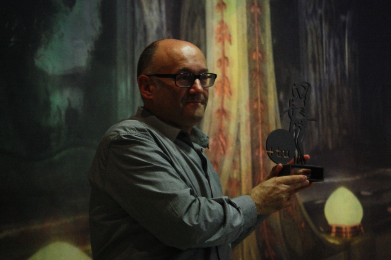 Jose Luis Rebordinos con el premio para Maysaloun Hamoud